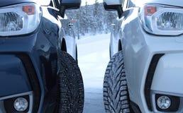 Sécurité d'entraînement d'hiver Pneus cloutés contre les pneus studless Photo stock