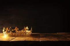 scuro di belle regina/corona di re sopra la tavola di legno Annata filtrata periodo medievale di fantasia immagini stock