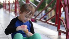 SCute Junge isst Eis im Freien Glückliches Kind auf dem Weg Glückliche Kindheit stock footage