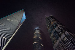 Scyscrapers de Shangai en nubes Imágenes de archivo libres de regalías