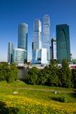 Scyscrapers van de stad van Moskou onder blauwe hemel Royalty-vrije Stock Fotografie