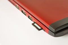 Sd-kort i persondatorn som isoleras över vit Arkivfoto