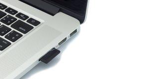 Sd-kortet pluggade in i en bärbar dator isolerat Arkivfoto