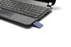 Ένθετο καρτών SD στο lap-top Στοκ εικόνα με δικαίωμα ελεύθερης χρήσης