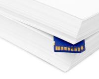 Sd-minneskort med en pappers- bunt av skrivaren. Utskriftsreserv eller arkivbilder