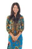Südostasiatische Frau in traditionellem Batik kebaya Lizenzfreie Stockbilder