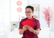 Südostasiatischer chinesischer Mann zuhause Stockbild