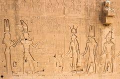 Södra vägg av templet av Hathor på Dendera med lejon-hövdade skydrag Arkivbilder