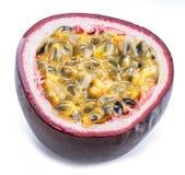 Seção transversal do fruto de paixão com o suco polpudo enchido com as sementes Fundo branco fotos de stock royalty free