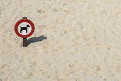 Señal de tráfico 'prohibida para los perros en arena imagenes de archivo