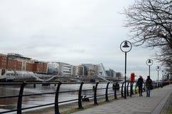 Seà ¡ n O ` Casey most i spacer ścieżka wzdłuż Rzecznego Liffey w Dublin, Irlandia zdjęcie royalty free