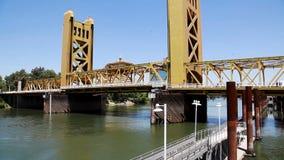 Seção Center da ponte da torre de Sacramento que está sendo abaixada vídeos de arquivo