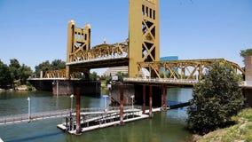 Seção Center da ponte da torre de Sacramento que está sendo aumentada vídeos de arquivo