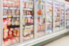 Seção congelada do alimento no borrão do supermercado imagem de stock