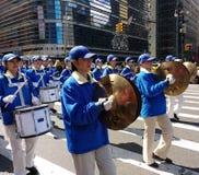 Seção da percussão de uma banda, de pratos e de cilindros em uma parada em New York City, NYC, NY, EUA Fotos de Stock Royalty Free