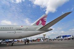 Seção de cauda de Qatar Airways Boeing 787-8 Dreamliner em Singapura Airshow Fotografia de Stock