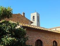 Seção de uma igreja velha do tijolo com um telhado da telha em Toscânia, Itália fotos de stock