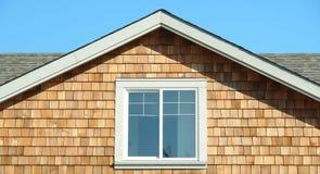 Seção do frontão da extremidade do tapume do cedro da casa fotos de stock