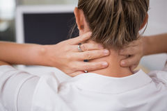 Seção meados de da mulher de negócios que sofre da dor do pescoço Foto de Stock