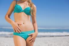 Seção meados de da mulher do ajuste no biquini na praia imagem de stock