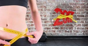 Seção meados de da mulher que mede sua cintura contra 3D 2017 Imagem de Stock Royalty Free