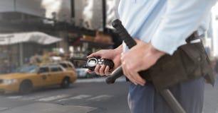 Seção meados de do agente de segurança contra a rua obscura Foto de Stock