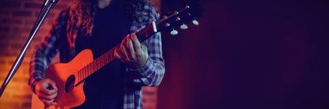 Seção meados de do cantor que joga a guitarra ao cantar foto de stock