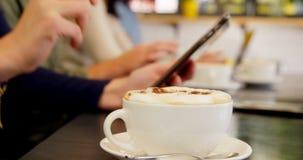 Seção meados de do executivo que come o café na tabela 4k filme