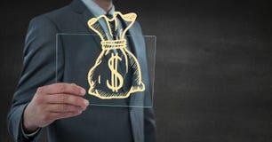 A seção meados de do homem de negócio com dispositivo de vidro e o dinheiro amarelo rabiscam contra a parede cinzenta Imagem de Stock
