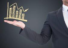 Seção meados de do homem de negócio com garatuja amarela do gráfico à disposição contra o fundo cinzento Foto de Stock