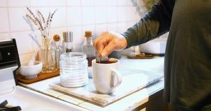 Seção meados de do homem que adiciona o açúcar no café 4k vídeos de arquivo