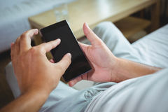 Seção meados de do homem que verifica seu telefone celular Foto de Stock Royalty Free