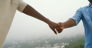Seção meados de dos pares afro-americanos que andam com em conjunto sobre a praia 4k filme
