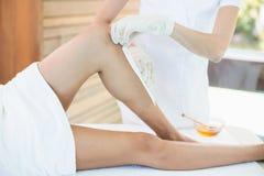 Seção mestra da mulher que recebe o tratamento quente da cera Imagem de Stock Royalty Free
