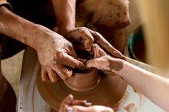 Seção mestra das meninas que fazem o potenciômetro na oficina da cerâmica Foto de Stock Royalty Free