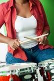 Seção mestra do baterista fêmea Holding Drumsticks foto de stock