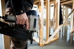 Seção mestra do carpinteiro profissional Holding Drill Machine Imagens de Stock