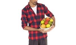 Seção mestra do fazendeiro que guarda uma cesta dos frutos Fotos de Stock Royalty Free