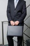Seção mestra do homem de negócios novo Carrying Briefcase Imagem de Stock