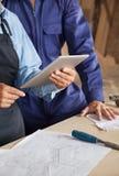Seção mestra dos carpinteiros com tabuleta de Digitas foto de stock royalty free