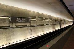 Seção não ofuscante iluminada das trilhas abaixo do centro do metro, a estação central do cubo, Washington, C.C., 2015 Fotos de Stock