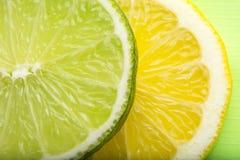 Seção transversal do cal e do limão no fundo branco Imagens de Stock Royalty Free