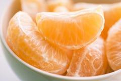 Seções da tangerina em uma bacia branca Foto de Stock