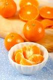Seções da tanjerina na bacia branca Imagem de Stock Royalty Free
