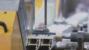 Seções do PVC das janelas e das portas em um único quadro - processo de revestimento vídeos de arquivo