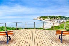 Señal, balcón, playa y pueblo de la opinión panorámica de Etretat. Normandía, Francia. Foto de archivo