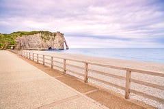 Señal, balcón y playa del acantilado de Etretat Aval. Normandía, Francia Imagen de archivo