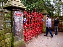 Señal de Beatles del campo de la fresa de la visita de los fans en Liverpool Imagen de archivo libre de regalías
