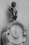 Señal de Bruselas la estatua de Manneken Pis Imagen de archivo