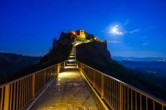 Señal de Civita di Bagnoregio, opinión del puente sobre crepúsculo. Italia Fotografía de archivo libre de regalías